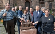"""Gemeinsam mit Vertreter*innen der Kirche und des Vereins """"Marburg für alle"""" enthüllte Oberbürgermeister Dr. Thomas Spies (3.v.r.) das neue Tastmodell der Lutherischen Pfarrkirche."""