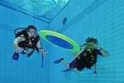 Im Sprungbecken können Interessierte beim Familientag im AquaMar das Tauchen ausprobieren.