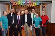 Oberbürgermeister Dr. Thomas Spies (Mitte) begrüßte gemeinsam mit dem Prodekan des Fachbereichs Pharmazie Prof. Dr. Carsten Culmsee (3. v. l.) und dem Studiendekan des Fachbereichs Medizin Prof. Dr. Roland Frankenberger (2. v. l.) die Teddyklinik im Marbu