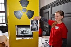 Auch vor dem Röntgen braucht man keine Angst zu haben. Eine Medizinstudentin wertet die Bilder aus und steht den Kindern mit Rat und Tat zur Seite.©Tina Eppler, Stadt Marburg