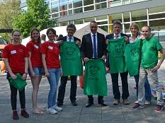 Bürgermeister Dr. Franz Kahle (4. v. l.) besuchte die Marburger Teddyklinik gemeinsam mit dem Studiendekan des Fachbereichs Medizin der Philipps-Universität Prof. Dr. Roland Frankenberger (4. v. r.), dem Dekan des Fachbereichs Pharmazie Prof. Dr. Michael©Stadt Marburg, Philipp Höhn