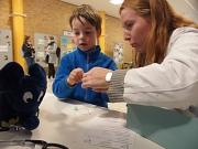 """Elefant """"Schnell"""" gehörte am Eröffnungstag zu den ersten Patienten in der Marburger Teddyklinik. An Kuscheltieren simulierten die """"Teddydoktor*innen"""" beispielsweise Blutabnahme."""
