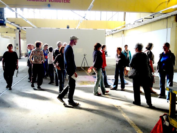 Teilnehmende, die durch einen Raum laufen, Kurs Gabriele Hasler©Ka