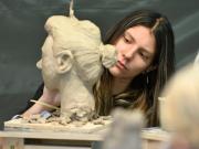 Teilnehmerin beim Modellieren eines Kopfes aus Ton, Kurs bei Anna Kölle 2019