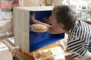 Teilnehmerin im Kurs bei Eckhard Froeschlin gestaltet eine Kiste