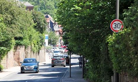 Die Schilder sind montiert, das Tempolimit im Marbacher Weg und in der Emil-von-Behring-Straße ist seit dieser Woche in Kraft.©Freya Altmüller, i. A. d. Stadt Marburg