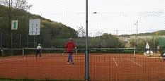 Tennisplatz am12102017 mit 3 Spielern©Bernd Weimer