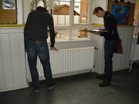 In der Otto-Ubbelohde-Schule werden die Daten der Heizkörper und der Thermostatverntile aufgenommen, um einen sogenannten hydraulischen Abgleich durchzuführen.©Universitätsstadt Marburg