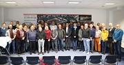 Bürgermeister Wieland Stötzel (hintere Reihe, 9.v.l.) und Björn Backes, Fachdienstleiter Sport (rechts daneben) freuten sich, den anwesenden Vereinsvertreter*innen die Förderungen zu übergeben.