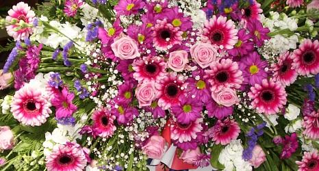 Das Foto zeigt das Blumengesteck an einem Trauerkranz.©DBM, Sonja Stender