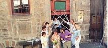 Trauung, Hochzeitsgruppe vor dem Steinernes Haus©Universitätsstadt Marburg - Öffentlichkeitsarbeit