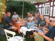 Treffen der Arbeitsgruppe Dorfkultour Cyriaxweimar im Garten bei Monika
