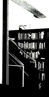 Schwarz-Weiß Foto der Stahltreppe im 2. Obergeschoss.