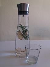 Trinkwasser-Karaffe mit Rosmarin und Ingwer versetzt©Universitätsstadt Marburg