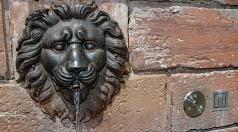 """Wasser aus dem """"Löwenkopf"""": Unterhalb des großen Brunnen am Plan 1 befindet sich  die Zapfstelle für Trinkwasser."""