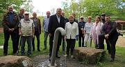Oberbürgermeister Dr. Thomas Spies (Mitte) weihte den neuen Trinkwasserbrunnen auf dem Freizeitgelände am Fuchspass gemeinsam mit Ortsvorsteher Gerhard Dziehel (links daneben), Stadträtin Anni Röhrkohl (rechts daneben) sowie Mitgliedern des Ortsbeirats Wa