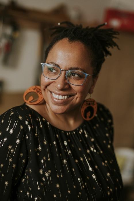 """Tupoka Ogette liest am 23. September aus ihrem Buch """"Exit Racism – rassismuskritisch denken lernen"""". Während der Online-Lesung kann sich das Publikum mit der Autorin austauschen.©Stephen Lawson"""