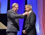 Der scheidende Oberbürgermeister Egon Vaupel übergab die Amtskette seinem Nachfolger Dr. Thomas Spies.