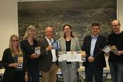 """Sie stellten den neuen Flyer zur Uni-Route vor und kündigten die Neuauflage des """"campus marburg"""" an: Dr. Kerstin Weinbach (3. von rechts), Prof. Dr. Joachim Schachtner (2. von rechts), Richard Laufner (3. von links), Gesa Coordes (2. von links), Georg Kro"""