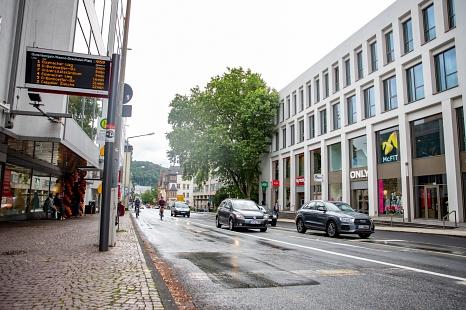 Ab Mittwoch wird die Universitätsstraße im Bereich vor dem Garten des Gedenkens bis zur Ampelkreuzung neu markiert. Dabei entsteht auch bergauf eine zusätzliche neue Radverkehrsanlage.©Patricia Grähling, Stadt Marburg