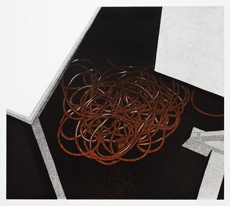 """Abbildung des Werkes """"Unterm Tisch"""", Linolschnitt des Künstlers Philipp Hennevogl aus dem Jahr 2015, roter Kabelhaufen auf schwarzem Grund zwischen zwei weißen tischen©Philipp Hennevogl"""