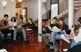 Schülerinnen und Schüler einer Klasse sitzen mit Materialien im Vorraum des 1. Obergeschosses zusammen und diskutieren über Unterrichtsthemen.©Universitätsstadt Marburg