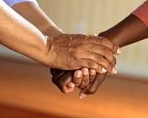 2 Personen halten sich unterstützend die Hänge©Photo by Pixabay from Pexels