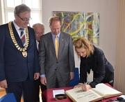 US-Botschafter John Emerson (3. v. l.) trug sich zusammen mit Ehefrau Kimberly (r.) ins Goldene Buch der Universitätsstadt Marburg ein. Sie wurden von Oberbürgermeister Egon Vaupel (l.) und Stadtverordnetenvorsteher Heinrich Löwer (2. v. l.) begrüßt.