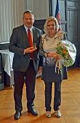 Oberbürgermeister Dr. Thomas Spies (l.) verabschiedete Doris Gaßler nach fast 40 Jahren bei der Volkshochschule in den Ruhestand.