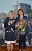 In einer kleinen Feierstunde hat die Fachbereichsleiterin für Kinder, Jugend, Familie Stefanie Lambrecht (r.) die langjährige Kita-Leiterin Doris Heuser (l.) in den Ruhestand verabschiedet.