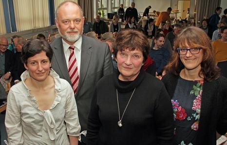 Nach fast 50 Jahren im Dienst der Stadt Marburg wurde Ute Constantin (2. von rechts) von der stellvertretenden Schulleiterin Dr. Sabine Hörger (v.l.), Schulleiter Armin Bothur und der Leiterin des Fachdienstes Schule, Santina Poetsch, verabschiedet©Heiko Krause i.A.d. Stadt Marburg