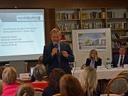 Oberbürgermeister Dr. Thomas Spies (Mitte) stellte das Altenhilfe-Modell für den Richtsberg am Donnerstagabend gemeinsam mit Stadtverordnetenvorsteherin Marianne Wölk (2. v. r.) und Jörg Kempf (r), Geschäftsführer der Marburger Altenhilfe St. Jakob, der Ö