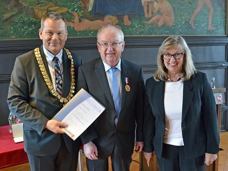 Heinrich Löwer (Mitte) erhielt für sein herausragendes Engagement als Stadtverordnetenvorsteher, Stadtverordneter und als Ortsvorsteher die hohe Auszeichnung der Stadt von Oberbürgermeister Dr. Thomas Spies (l.), der wie  Stadtverordnetenvorsteherin Maria©Stadt Marburg, Philipp Höhn