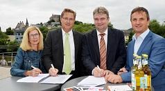 Bürgermeister Wieland Stötzel (2. v. re.), Polizeipräsident Bernd Paul (2. v. li.) sowie Regina Lang (Leiterin Ordnungsamt) und Bodo Koch, Leiter der Polizeidirektion Marburg-Biedenkopf, unterzeichnen die Vereinbarung.
