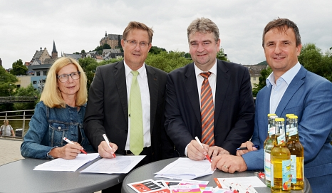 Bürgermeister Wieland Stötzel (2. v. re.), Polizeipräsident Bernd Paul (2. v. li.) sowie Regina Lang (Leiterin Ordnungsamt) und Bodo Koch, Leiter der Polizeidirektion Marburg-Biedenkopf, unterzeichnen die Vereinbarung.©Universitätsstadt Marburg