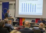 Michael Hagenbring vom Fachdienst Straßenverkehr erläuterte bei der Bürgerinformationsveranstaltung, wie sich der stadteinwärts fließende Verkehr durch die Änderung der Verkehrsführung in der Robert-Koch-Straße geändert hat.