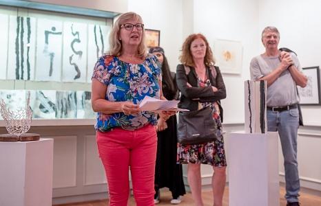"""Stadtverordnetenvorsteherin Marianne Wölk eröffnete die Ausstellung """"Ergänzung"""" in der Brüder-Grimm-Stube.©Melanie Weiershäuser, i.A.d. Stadt Marburg"""