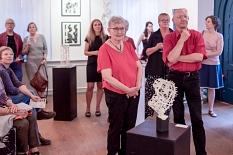 Das Künstlerpaar Erhard Waschke und Mechthild Trimborn zeigt Papierkunst und Digitalkunst in einer inspirativen Symbiose.©Melanie Weiershäuser, i.A.d. Stadt Marburg