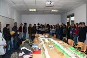 Schülerinnen und Schüler des Ethik-Kurses der Stufe 9 des Gymnasium Philippinum übergeben die aus Spenden finanzierten Bildwörterbücher an Flüchtlinge aus dem Cappeler Camp.