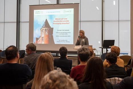 """Dr. Ute Seeland erklärte bei der Versorgungskonferenz """"Warum wir eine geschlechtersensible Versorgung brauchen"""".©Melanie Weiershäuser, i.A.d. Stadt Marburg"""