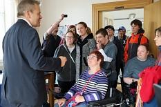 Oberbürgermeister Dr. Thomas Spies zeigt der Gruppe sein Büro und beantwortet Fragen zu seiner Arbeit.©Simone Schwalm, Stadt Marburg