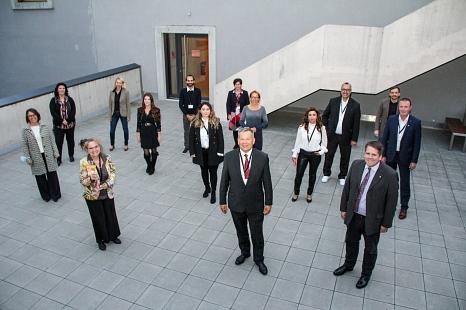 Vertreter*innen von zwölf Organisationen und Unternehmen wurden von Oberbürgermeister Dr. Thomas Spies (vorne Mitte) und dem Ersten Kreisbeigeordneten Marian Zachow (vorne rechts) geehrt.©Freya Altmüller, i.A.d. Stadt Marburg