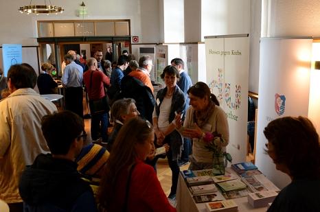 Nach den Vorträgen konnten sich die Gäste am Markt der Möglichkeiten über vielerlei Angebote rund um Krebsprävention und den Umgang mit einer Krebserkrankung informieren.©Universitätsstadt Marburg, i. A. Nadja Schwarzwäller