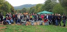 Viele der Teilnehmenden der sieben Fachschaften blieben für die Preisverleihung bis zum Schluss und kamen für ein Gruppenfoto zusammen.©Stefanie Profus, Stadt Marburg