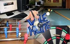 In der Collage befindet sich in der Mitte das Logo des Jugendtreffs (der Schriftzug Volle Hütte mit Billardkugeln und Queue, der über die Finger die Kugeln fasst berührt), in den Ecken sieht man Ausschnitte von einem Computer, einem Billardtisch, einem Ki©Stadt Marburg
