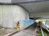 Vor der Graffiti-Aktion war der Brückenfuß an der Südspange von unleserlichem Gekritzel und halbübermalten Figuren geprägt.©Charlotte Riemer, Stadt Marburg