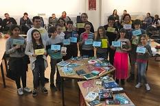 Die Teilnehmer*innen und Organisator*inen auf einem Gruppenbild, vor ihnen Tische mit zahlreichen Büchern.©Universitätsstadt Marburg
