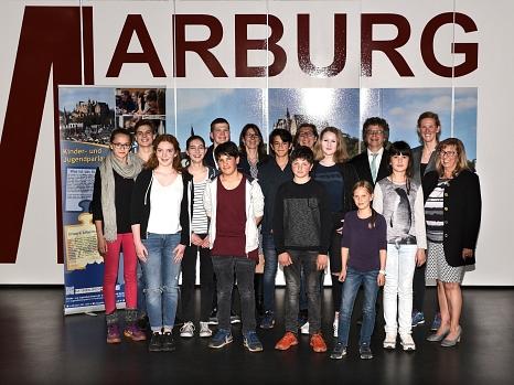 Mit dem neugewählten Vorstand um Manuel Greim (5. v. l., hinten) freuten sich Bürgermeister Dr. Franz Kahle (4. v. r.), Stadtverordnetenvorsteherin Marianne Wölk (r.), kommissarische Fachbereichsleiterin Kinder, Jugend und Familie Stefanie Lambrecht (7. v©Erich Schuhmacher