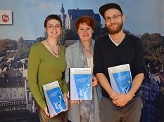 Vorstellung des Ersten Marburger Aktionsplans der EU-Charta, von links: Laura Griese (Referentin EU-Charta), Dr. Christine Amend-Wegmann (Leiterin) und Janis Loewe (studentische Hilfskraft) vom Gleichberechtigungsreferat©Universitätsstadt Marburg - Philipp Höhn