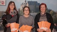 Stadträtin Kirsten Dinnebier (Mitte) stellt das Jahresprogramm der Jugendförderung zusammen mit Ulrike Munz-Weege (links, Fachdienstleitung Jugendförderung) und Friederike Könitz (Jugendbildungswerk) vor.